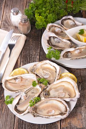 mariscos: ostras  Foto de archivo