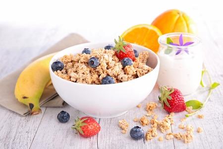 cereales: muesli y bayas, desayuno saludable Foto de archivo