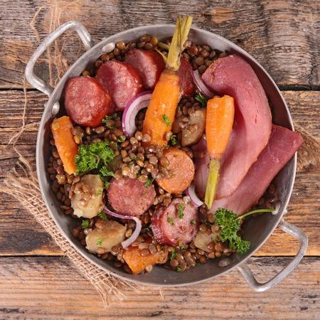 carnes: lentejas con verduras y carnes Foto de archivo