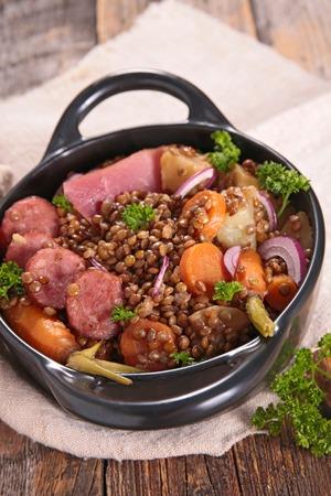 lentejas: lentejas, carne y zanahoria