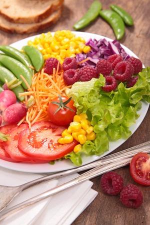 ensalada de verduras: ensalada de vegetales  Foto de archivo