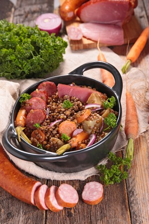 carnes y verduras: lentejas con verduras y carnes Foto de archivo
