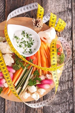 metro medir: verduras y salsa con el metro de medición Foto de archivo