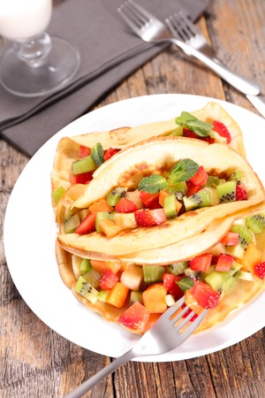 crepe: crepe with fruits