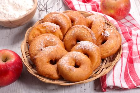 aux: beignets aux pommes