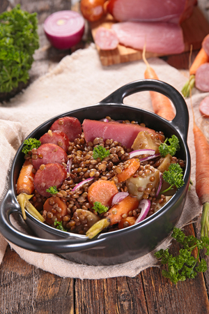 sausage pot: lentils with carrot and meats