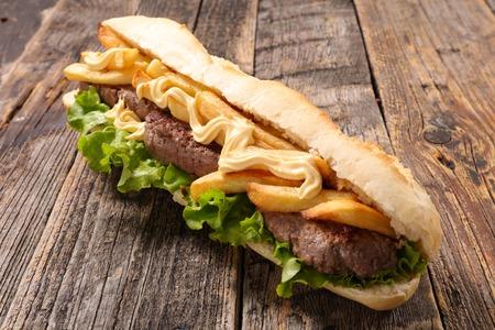 Sandwich avec boeuf et frites Banque d'images - 55941606