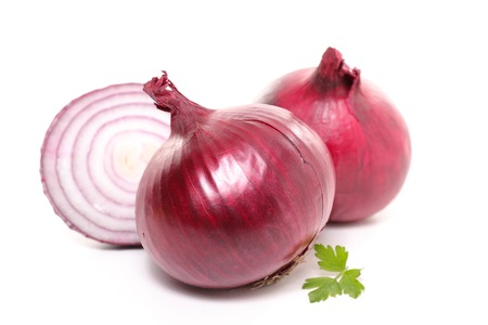 cebolla roja aisladas en blanco