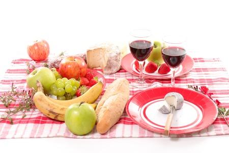pan y vino: picnic con fruta, pan, vino y queso Foto de archivo