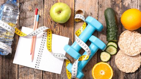 comidas saludables: el concepto de dieta de alimentos con pesa de gimnasia, manzana y el metro