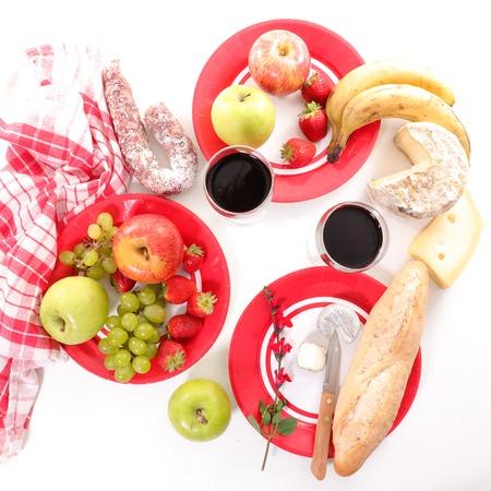 pan y vino: picnic con frutas, pan, vino y queso