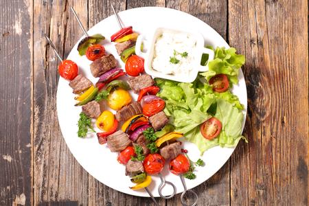 carne asada: carne a la parrilla y verduras