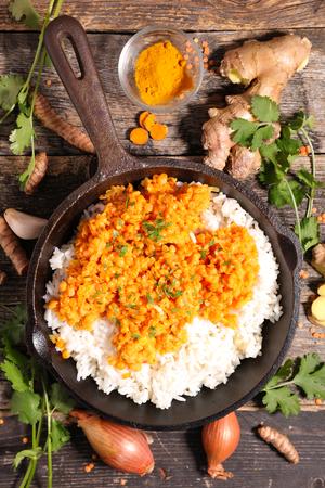 lenteja: arroz, lenteja roja y cilantro Foto de archivo