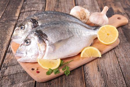 poisson cru sur planche à découper