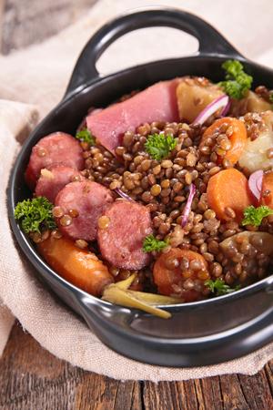 lenteja: lentejas con la zanahoria y la salchicha