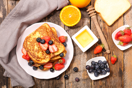 french toast and berry Stockfoto