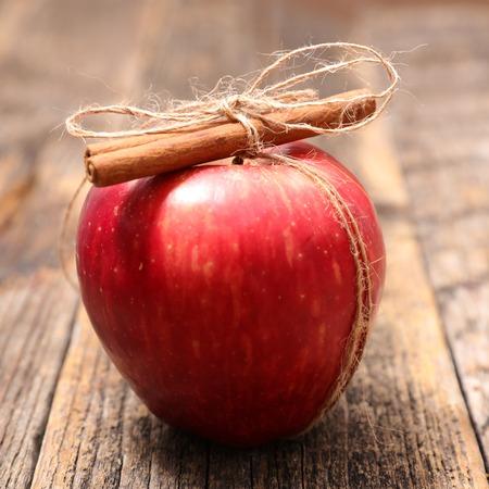 roten Apfel und Zimt