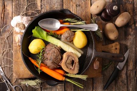 boeuf avec des légumes et le bouillon, pot au feu Banque d'images