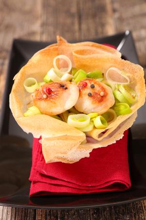 petoncle: pétoncles frits et poireaux Banque d'images