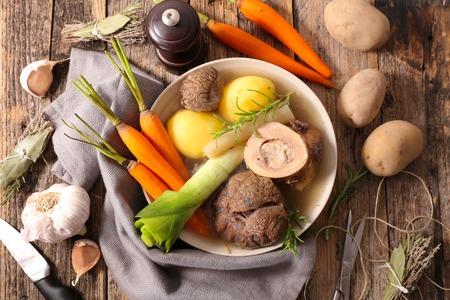 boeuf avec des légumes, pot au feu