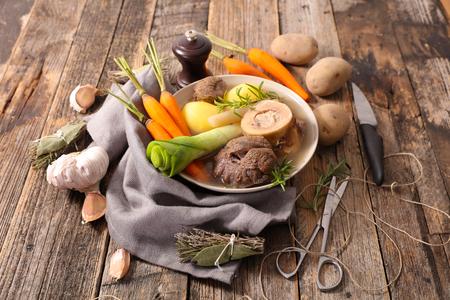 pot au feu, ragoût de boeuf avec du bouillon et de légumes