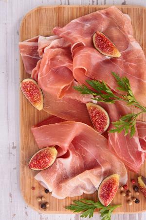 jamones: jamón prosciutto y higo fresco