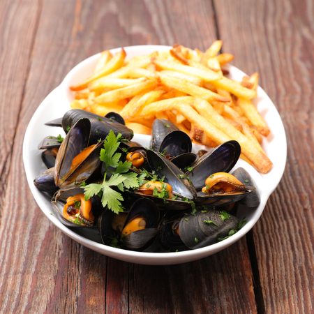 mussel and french fries 免版税图像 - 113761118