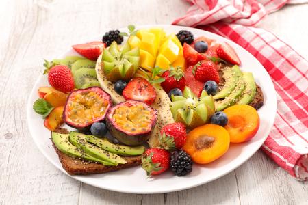 Mezcla de frutas y pan tostado para el desayuno Foto de archivo - 80161194