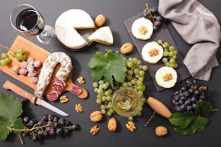 composición con vino, queso y carnes