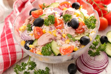 Salade mélangée avec du riz et des légumes Banque d'images - 87094822