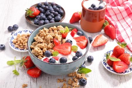 gezond ontbijt met muesli en bessen