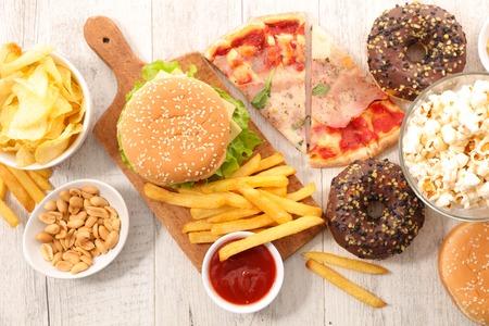Surtido de comida rápida, comida chatarra Foto de archivo - 90112846