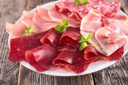 variedad de salami y tocino