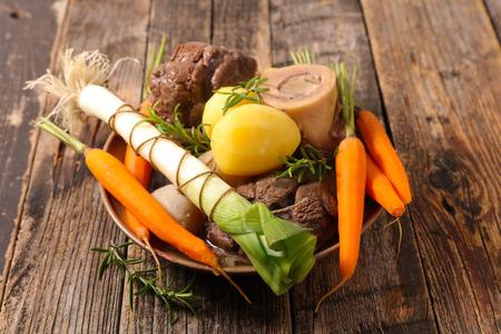 pot au feu, boeuf au bouillon et légumes