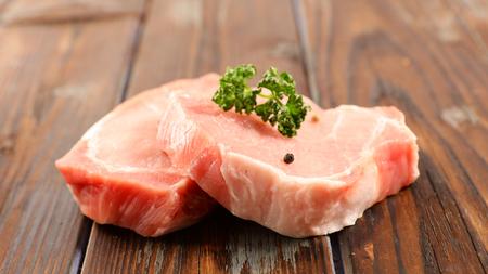 raw pork chop on wooden board Standard-Bild - 120518756
