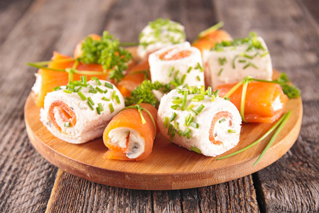 finger food, salmon, cheese and dill Imagens - 121774240