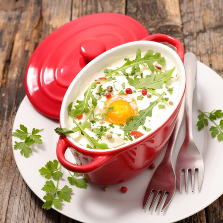 baked egg with cream and rocket Imagens - 121378266