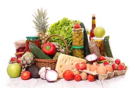 boodschappen assorti met groenten, kaas en confituur