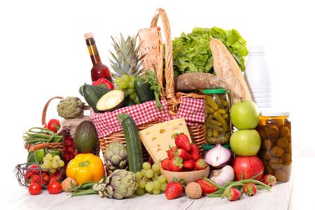 comestibles surtidos con verduras, queso y conservas