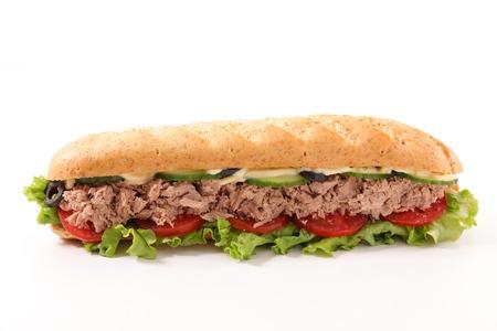 Sandwich mit Thunfisch, Gurke und Tomate