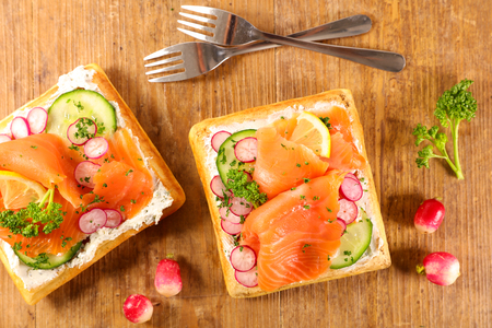 waffle with cheese, cucumbert and salmon Imagens
