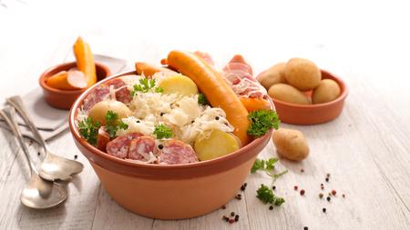 Elsass traditionelles Essen, Sauerkraut mit Kartoffeln und Fleisch