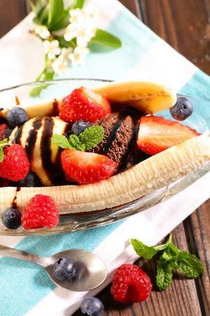banana split, banana with ice cream and fruits
