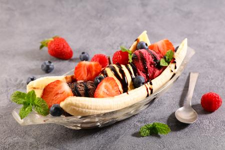 banana split, banana con helado y frutas Foto de archivo