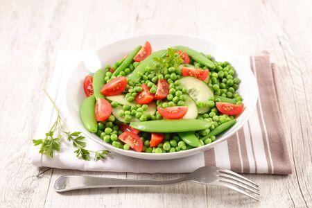 Salat aus grünen Erbsen, Bohnen, Gurken und Tomaten