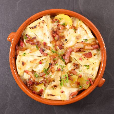 tartiflette, potato with cheese, bacon and cream 免版税图像