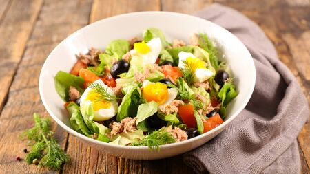 mixed vegetable salad with tomato, egg, tuna and lettuce Stockfoto