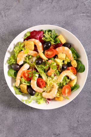 vegetable salad with shrimp and tomato