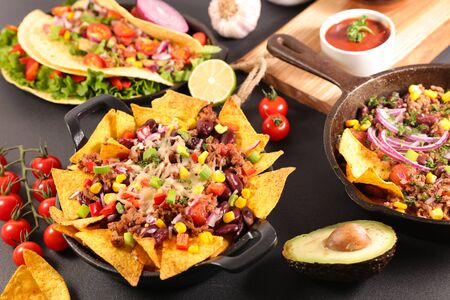 nachos with beef, vegetable and cheese- mexican food Stockfoto