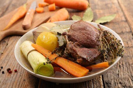 ragoût de boeuf avec bouillon et légumes